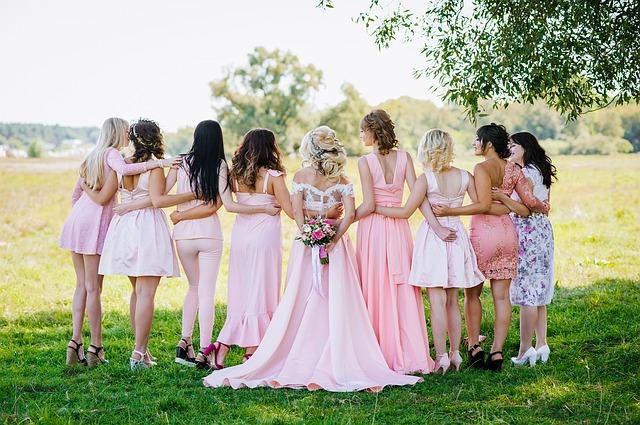 Sukienki – każdej kobiecie w nich do twarzy